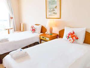 【本館/スタンダードツイン】宮古島の自然をイメージする、かわいい雰囲気のお部屋。