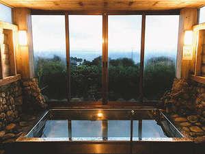 屋久島 旅人の宿 まんまる:大海原を望む展望風呂