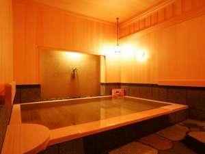 京都五条 瞑想の湯 ホテル秀峰閣:【瞑想の湯】檜造りの落ち着いた雰囲気と炭酸泉で身体の心からポカポカ。疲れをじっくり癒せます。