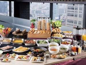 新宿ワシントンホテル(本館) :【本館25階マンハッタンテーブル】和洋80種類の豊富なブッフェ朝食をお楽しみいただけます♪