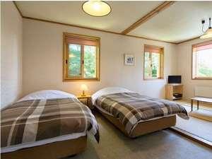 カントリーハウス 遊々舎:ベッド2台に畳スペースのある広々和洋室