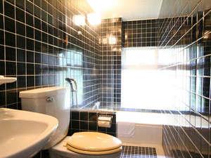 ペンション マリンシャワー:明るいお風呂とトイレ!各部屋に完備のため、他のお客様を気にせず、海上がりにゆっくり入れます!