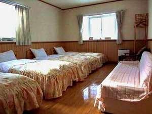 北軽井沢ブルーベリーYGH:4人対応の客室。ベットは移動できます。添い寝は2名まで。それ以上は御相談を。
