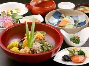 おやど 二本の葦束の食事は、旬菜をふんだんに使った田舎料理が人気。