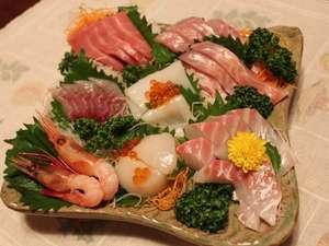 ゲストイン四季の里:お刺身盛り合わせ(二人用)。マグロの中トロや地金目、地魚など、質の良いものを仕入れています