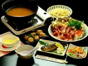 西秩父 山あいの宿やしき:ファミリープラン専用♪とりわけながら食す。いのぶた鍋。絶品です