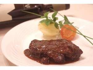 ゲストハウス てぃんくる:ワインにもよく合うメインのお肉は柔らかく絶品