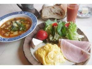 ゲストハウス てぃんくる:朝食は野菜たっぷり。温泉水で作られた手作りパンも美味。