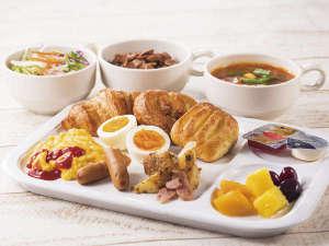 コンフォートホテル中部国際空港:種類豊富なパンやあたたかいスープ、新鮮な野菜たっぷりのサラダなど、多彩なメニューをご用意しました。