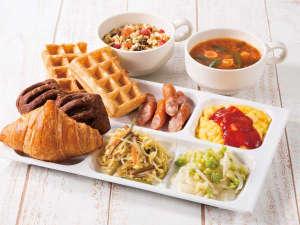 コンフォートホテル中部国際空港:種類豊富なパンやあたたかいスープ、新鮮な野菜たっぷりのサラダなど、多彩なメニューを取り揃えています。