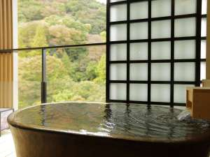 箱根湯本温泉 月の宿 紗ら <共立リゾート>:ハリウッドツインの客室露天風呂。須雲川の渓流の音とともに非日常空間を演出。