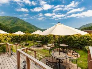 箱根湯本温泉 月の宿 紗ら:屋上庭園「ムーンレスト」ではフリードリンクをご用意。