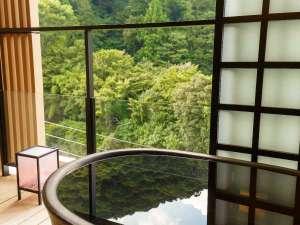 箱根湯本温泉 月の宿 紗ら:ハリウッドツインの客室露天風呂。須雲川の渓流の音とともに非日常空間を演出。
