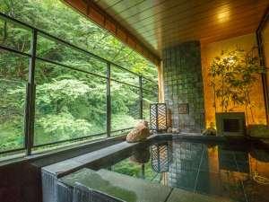 箱根湯本温泉 月の宿 紗ら:緑が間近に迫る最上階の温泉露天風呂。心地よい自然の声に耳を澄ましながら癒される。