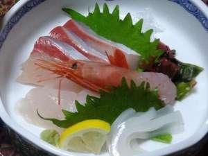 藤田旅館:【お刺身】旬の魚介類を数種類、お造りにしています。鮮度も甘味も抜群です!