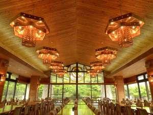 フォレストリゾート コニファーいわびつ:明るい光がやさしく降り注ぐレストランホール