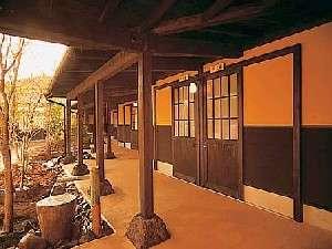 木立の中の宿 清流荘:家族湯の部屋をつなげる、アプローチ