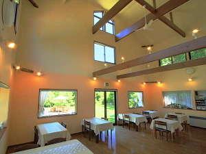 フクロウのいる宿 オーベルジュ渓翠館:広々とした開放的な吹き抜けのダイニングでフルコースディナーをお楽しみ下さい。