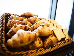 自慢のサックサクのクロワッサンを初め、毎日焼きたてのパンを数種類ご用意しています