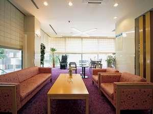 ビジネスホテル コスモス徳島:ロビー。奥にはプリンターやパソコンがあるビジネススペース有り♪