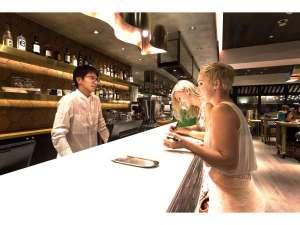 エスティネートホテル:バーカウンターと一体になったレセプション。ラウンジにもつながっているのでお気軽にお立ち寄りください。
