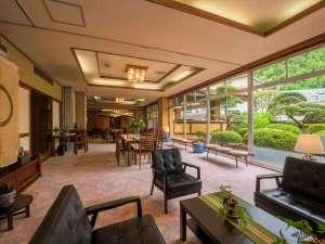 鎌先温泉 すゞきや旅館(すずきや):広々としたラウンジでお寛ぎくださいませ!ドリップコーヒーもお楽しみいただけます。