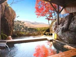 蓼科高原 寛ぎの宿 澤右衛門(さわえもん):貸切露天風呂の湯面に写る紅葉と秋の大自然に包まれて    (月の湯)