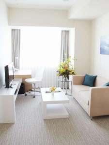 フレイザーレジデンス南海大阪:<1ベッドルーム・リビング> ベッドルームとは異なる空間。2名様ダイニング、ソファ付き。