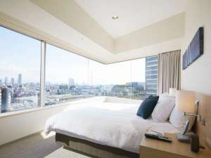 フレイザーレジデンス南海大阪:<2ベッドルーム ・メインベッドルーム> パノラマビューを一望できます♪*ベッド180cmx200cm