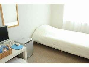 アイランド@Ishigaki:シングルルーム。全室にエアコン・バス・トイレ・PC完備