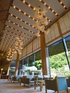 三朝温泉 三朝のお宿 斉木別館:高い天井の開放感のあるロビー