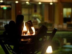 三朝温泉 三朝のお宿 斉木別館:中庭石舞台の篝火が心を癒してくれる