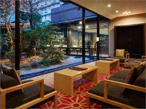 三井ガーデンホテル京都三条:【ロビー】夕刻のロビーから眺める庭園風景。