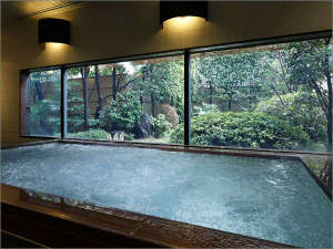三井ガーデンホテル京都三条:【庭園浴場(男性用)】日本庭園を望む人気の浴場。(営業時間 15:00~25:00、6:00~9:00)