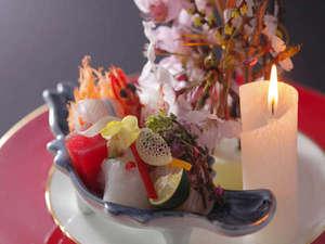 有形文化財の湯宿 旅館大橋:◆【ろうそく大根(お造り)】日本海の漁り火をイメージしている。サプライズな演出もあり♪