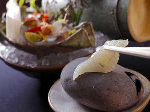 有形文化財の湯宿 旅館大橋:◆【平目の焼霜造り】は、焼いた石に厚く切った平目のお刺身をサッと炙っていただく。