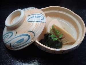 かに 荒磯料理 志麻:【小鉢】竹の子とワカメの焚き合せ