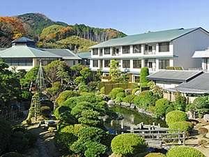 日本庭園に面して建つ新築あやめ亭。右手は大温泉夢殿。