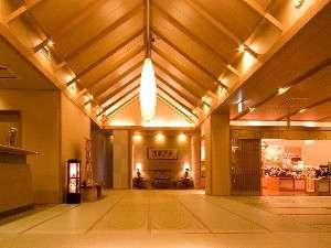庄川温泉風流味道座敷ゆめつづり:全館畳廊下『ロビー』 表面が和紙の畳を使用し、季節ごとの心地良さを素足で感じて寛いでいただけます。