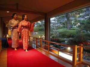 三朝館:【いざない橋】料亭・宵待茶屋へ続く橋
