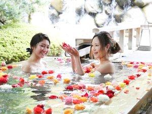 三朝館:【ばら妃乃湯】毎日15時~22時。バラの香りに包まれて優雅なひとときを♪