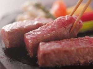 三朝館:【鳥取和牛の陶板焼き】肉質柔らかな鳥取和牛のうま味が口いっぱいに広がります♪
