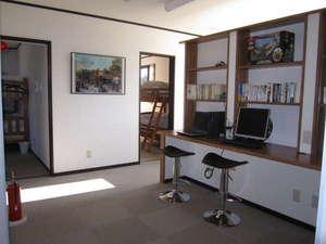 DEN's INN:2Fのホールです。館内Wi-Fiを無料でご利用出来ます。備え付けPCは調子悪ろし。