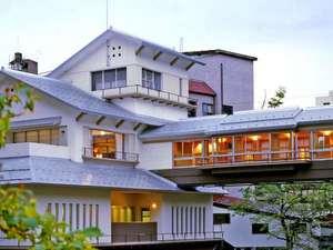 源泉湯の宿 かいり:大湯温泉の中心に位置する当館。佐梨川にかかる名物「かじか橋」を渡り湯殿へ