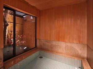 京の宿 北海館 お花坊:【お風呂】決して大きな浴室とは言えませんが、檜の香りを感じながらお寛ぎいただけます♪