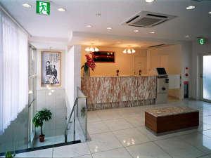 高知龍馬ホテル:フロント。経験豊富なスタッフが、お客様をお迎えいたします