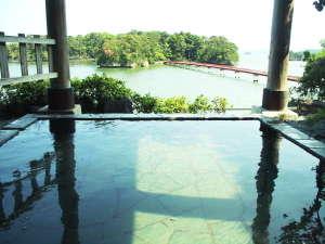 ホテル 絶景の館:福浦橋を望む絶景の露天風呂