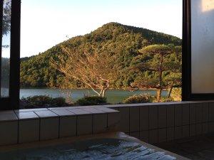 民宿関荘:大きなお風呂ではありませんが、湖を眺めながら湯船に浸かれるのが当館の魅力♪
