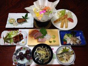 民宿関荘:<夕食一例>小浜町に接する橘湾で獲れた新鮮な魚の活き造りを中心とした家庭的なお料理。