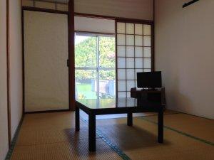 民宿関荘:<和室>湖を眺めながらごゆっくりお寛ぎください